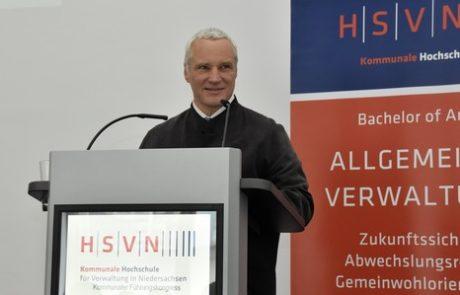 Andreas König referiert auf der Konferenz Führung in der Verwaltung